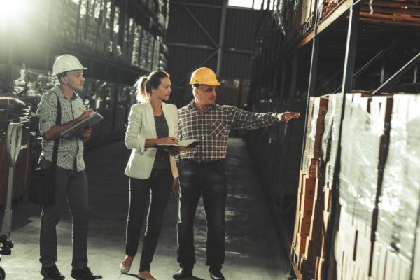 Expert inspectant un entrepôt de stockage - Talice