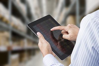 Personnel vérifiant l'inventaire depuis une tablette - Talice